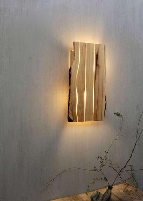 46. Pedaços de madeira podem formar uma linda arandela. Fonte: Pinterest