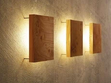42. Trio de arandelas de madeira para você decorar sua casa. Fonte: Pinterest