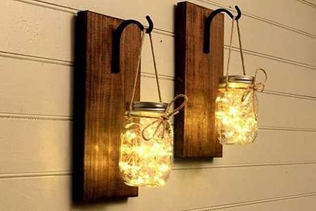 13. Você pode fazer sua própria arandela de madeira externas, como estas que são feitas com potes e pisca-piscas. Fonte: Pinterest