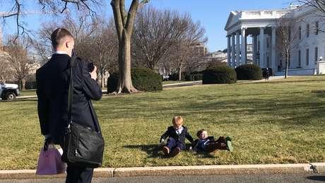'É meu último dia', disse um homem sorrindo enquanto tirava uma foto de seus filhos no gramado ao norte.