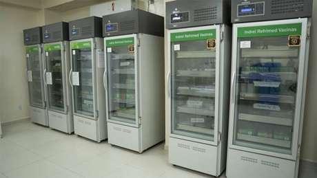 Refrigeradores à espera da vacina em Taubaté. Cidade adotou o toque de recolher devido ao aumento nos casos de covid-19