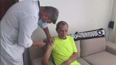 Manga, ex-goleiro ídolo do Botafogo, recebe vacina contra a covid-19