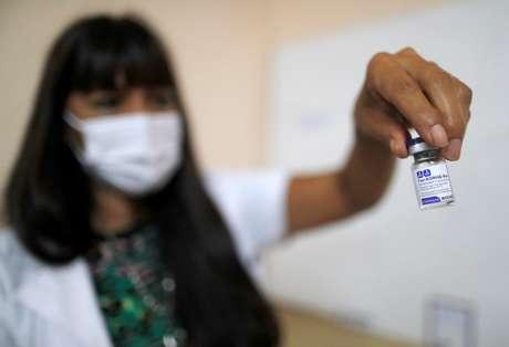 Enfermeira segura frasco da vacina contra Covid-19 Sputnik V em hospital de La Plata, na Argentina 18/01/2021 REUTERS/Agustin Marcarian