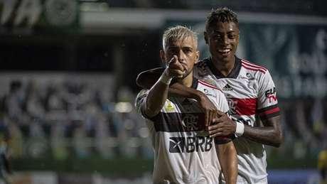 Contra o Goiás, Arrasca e BH alcançaram o 'duplo-duplo', assim como Gabigol (Foto: Alexandre Vidal/CRF)