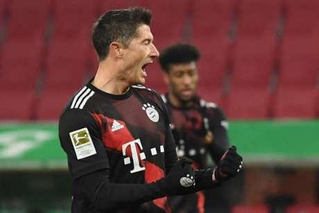 Robert Lewandowski marcou o único gol do triunfo do Bayern sobre o Augsburg (Foto: AFP)