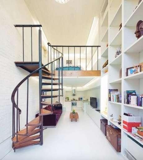 7. A escada em espiral é ideal para casa pequena com mezanino. Fonte: Coup Deville