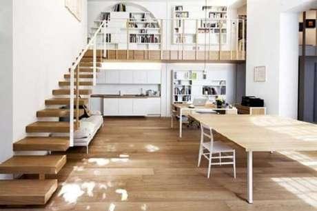 13. A escada flutuante foi a escolhida para dar acesso ao andar superior da casa pequena com mezanino. Fonte: Pinterest