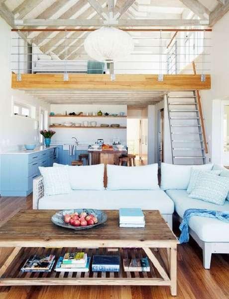 16. A madeira é uma ótima alternativa para projetos de casas com mezanino simples. Fonte: Westwing