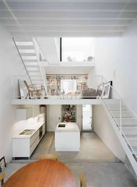 22. Casa com mezanino com decoração branca. Fonte: Pinterest