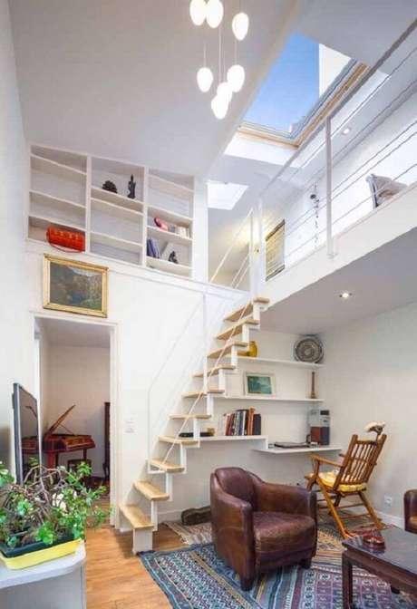 25. Casa com mezanino em L traz uma estante junto à parede. Fonte: Pinterest