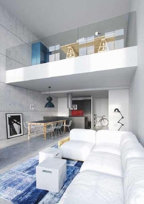 28. Casa pequena com mezanino onde a mesa de trabalho posicionada próximo ao guarda-corpo permite uma visão completa da sala de estar. Fonte: Pinterest