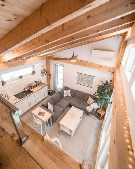 35. Decoração simples e rústica para casa pequena com mezanino. Fonte: Planete