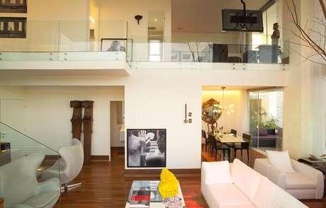 40. Guarda-corpo de vidro integra de forma discreta os ambientes da casa com mezanino. Fonte: SQ+ Arquitetos Associados