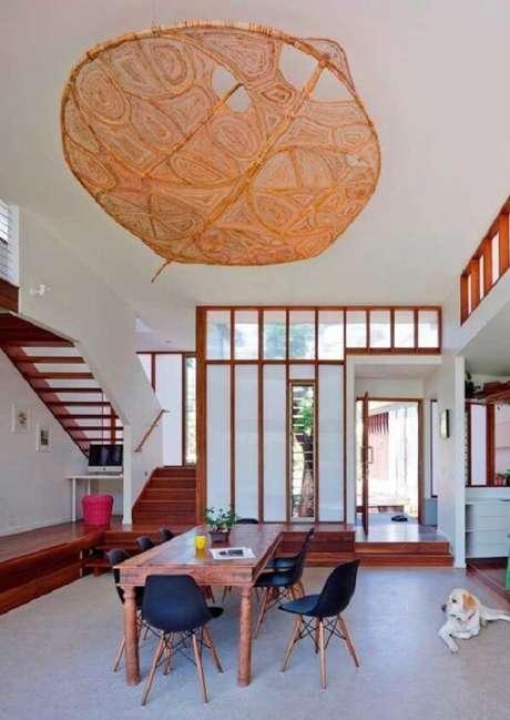 42. Invista em lustre ou luminária grande na decoração da casa com mezanino interno. Fonte: Pinterest