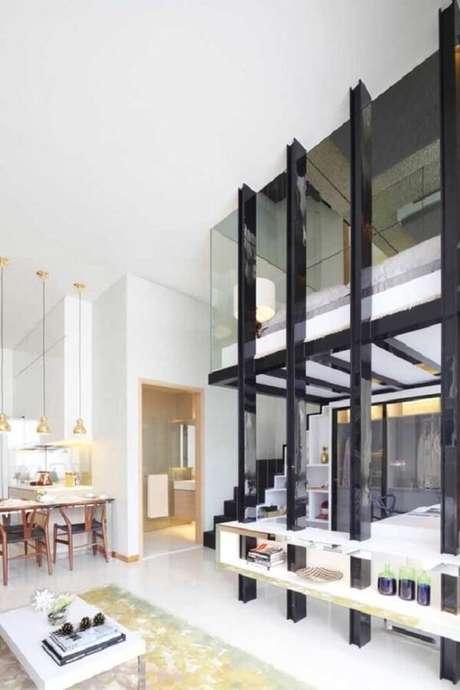 44. Janelas em vidro ajudam a aumentar a sensação de amplitude na casa com pé direito alto e mezanino. Fonte: Pinterest