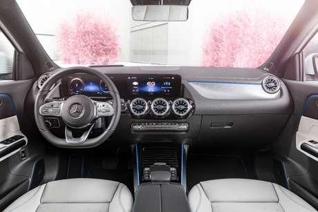 A única diferença no interior em relação ao GLA é a cor cinza no console; o modelo elétrico também traz a central multimídia MBUX.