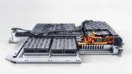 O modelo conta com baterias de íons de lítio com capacidade de 66,5 kWh, acomodadas sob o carro.