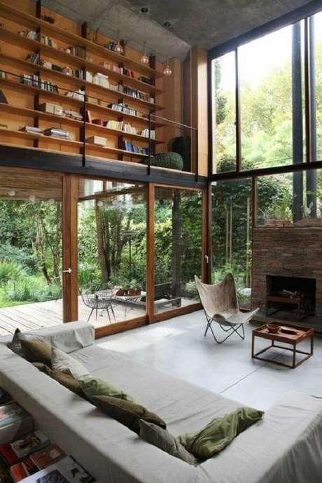 49. Monte uma biblioteca no andar superior da sua casa com mezanino. Fonte: Pinterest