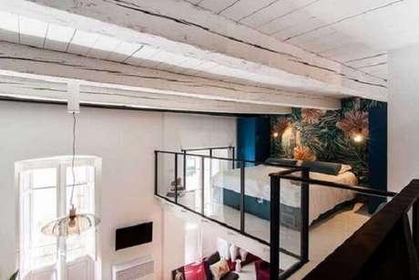 54. O guarda-corpo de vidro permite a visualização total da casa térrea com mezanino. Fonte: Pinterest