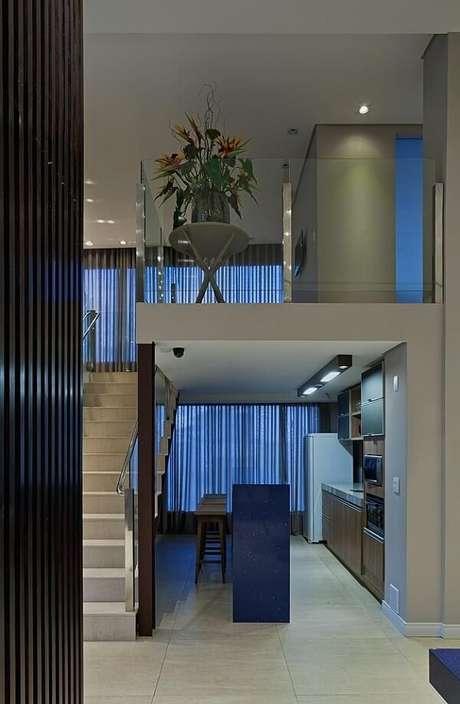 55. O guarda-corpo em vidro é super discreto e perfeito para projetos de casas com mezanino interno. Fonte: Mariana Borges e Thaysa Godoy