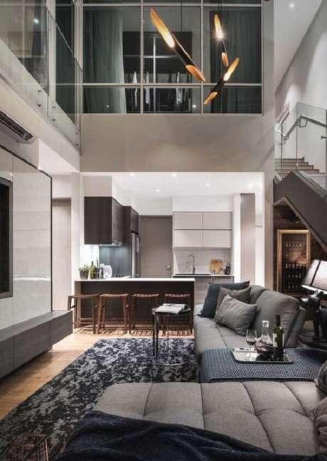 51. O guarda-corpo em vidro valoriza ainda mais casas com pé direito alto e mezanino. Fonte: Pinterest