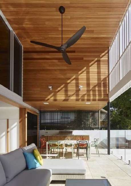 4. Os ventiladores no teto ajudam a disseminar melhor a temperatura nas casas com pé direito alto e mezanino. Fonte: Pinterest