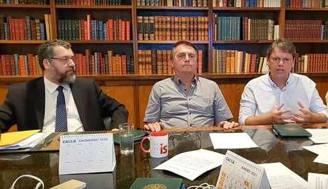 O presidente Jair Bolsonaro em live com os ministros Ernesto Araújo e Tarcísio Freitas