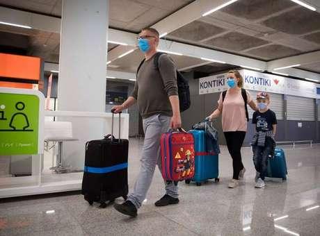 Maiores controles nas fronteiras da UE querem barrar entrada de variantes do coronavírus
