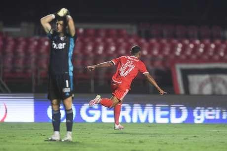 Internacional goleou o São Paulo no Morumbi e virou líder do Brasileirão (Foto: Ricardo Duarte)