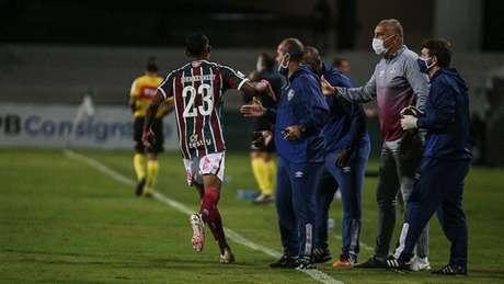 John Kennedy comemora gol com a comissão técnica do Fluminense (Foto: Lucas Merçon/Fluminense FC)