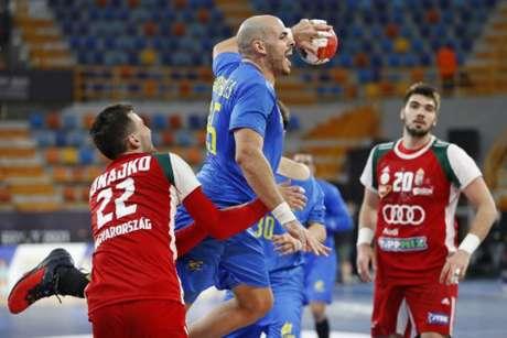 O Brasil não resistiu à Hyungria e se complicou no Mundial de handebol (Foto: AFP)