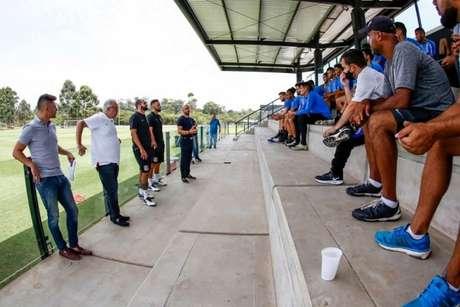 Danilo, ao lado da diretoria, foi apresentado ao elenco sub-23 do Corinthians (Foto: Rodrigo Gazzanel/Ag. Corinthians)