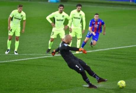 Gol de pênalti do goleiro Dmitrovic (Foto: ANDER GILLENEA / AFP)