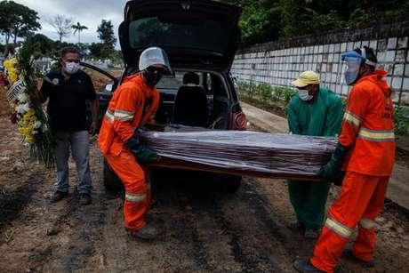 Brasil voltou a ter números elevados de mortes e casos de covid-19