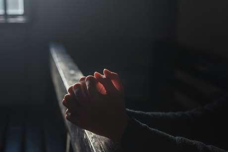 Oração é uma forma de acalmar a energia negativa de antepassados