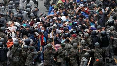 As forças de segurança da Guatemala confrontaram membros da enorme caravana que tentava chegar aos EUA no fim de semana