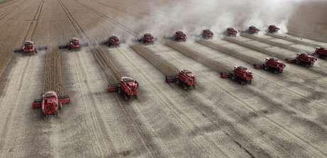 Colheita de soja em Tangará da Serra (MT)  27/03/2012 REUTERS/Paulo Whitaker