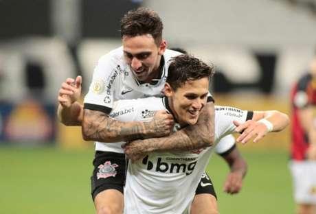 Gustavo Mosquito e Mateus Vital comemoram um dos gols da vitória (Foto: Rodrigo Coca / Agência Corinthians)