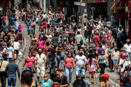 Dezenas de pessoas no centro de São Paulo durante pandemia