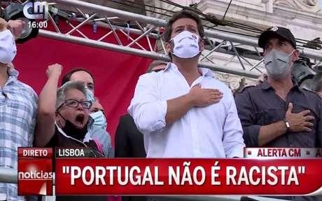 A atriz Maria Vieira ao lado do candidato conservador André Ventura (de camisa branca) em comício: defesa dos ideais da extrema-direita
