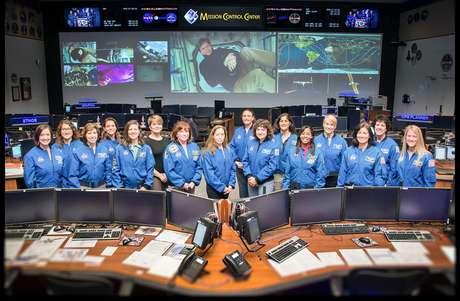 Astronautas e controladoras de vôo da NASA. Em 1985 não era assim.