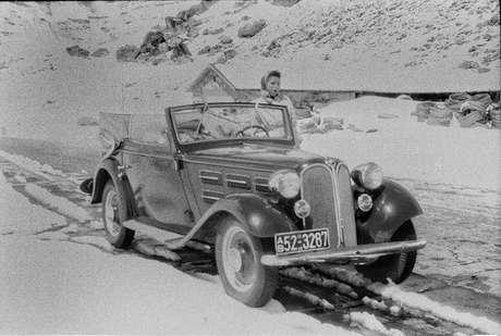Entre os registros, está um BMW conversível de meados da década de 1930