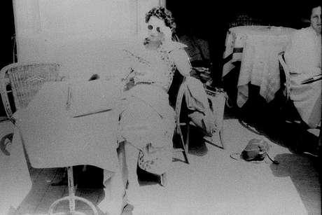 Mulher sentada à mesa