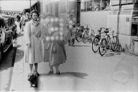 Duas mulheres com um cachorro