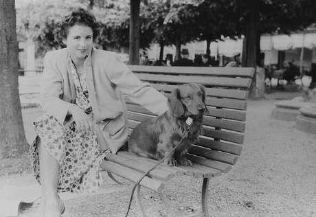 Uma mulher e um cachorro de estimação aparecem em uma das fotos que estava no rolo de filme recentemente revelado por William Fagan