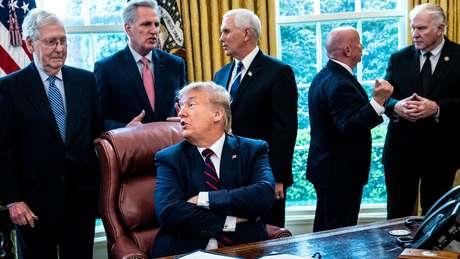 Donald Trump fala com o líder republicano do Senado, Mitch McConnell (à esquerda)