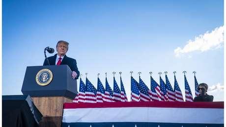 Trump discursa a apoiadores antes de embarcar no avião presidencial pela última vez, no dia 20 de janeiro