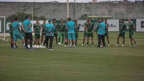 Jogadores do Coritiba recebem instruções em treinamento para o jogo contra o São Paulo