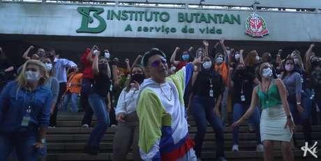 Clipe de 'Vacina Butantan' foi filmado dentro do Instituto responsável por desenvolver a CoronaVac