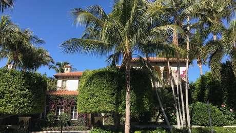 A diferença de riqueza entre Palm Beach e a vizinha West Palm Beach é impressionante